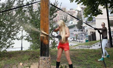 Inna Shevchenko destroying the Kiev memorial