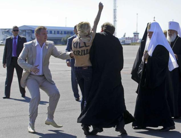 Yana Zhdanova attacking the head of the Russian Orthodox Church