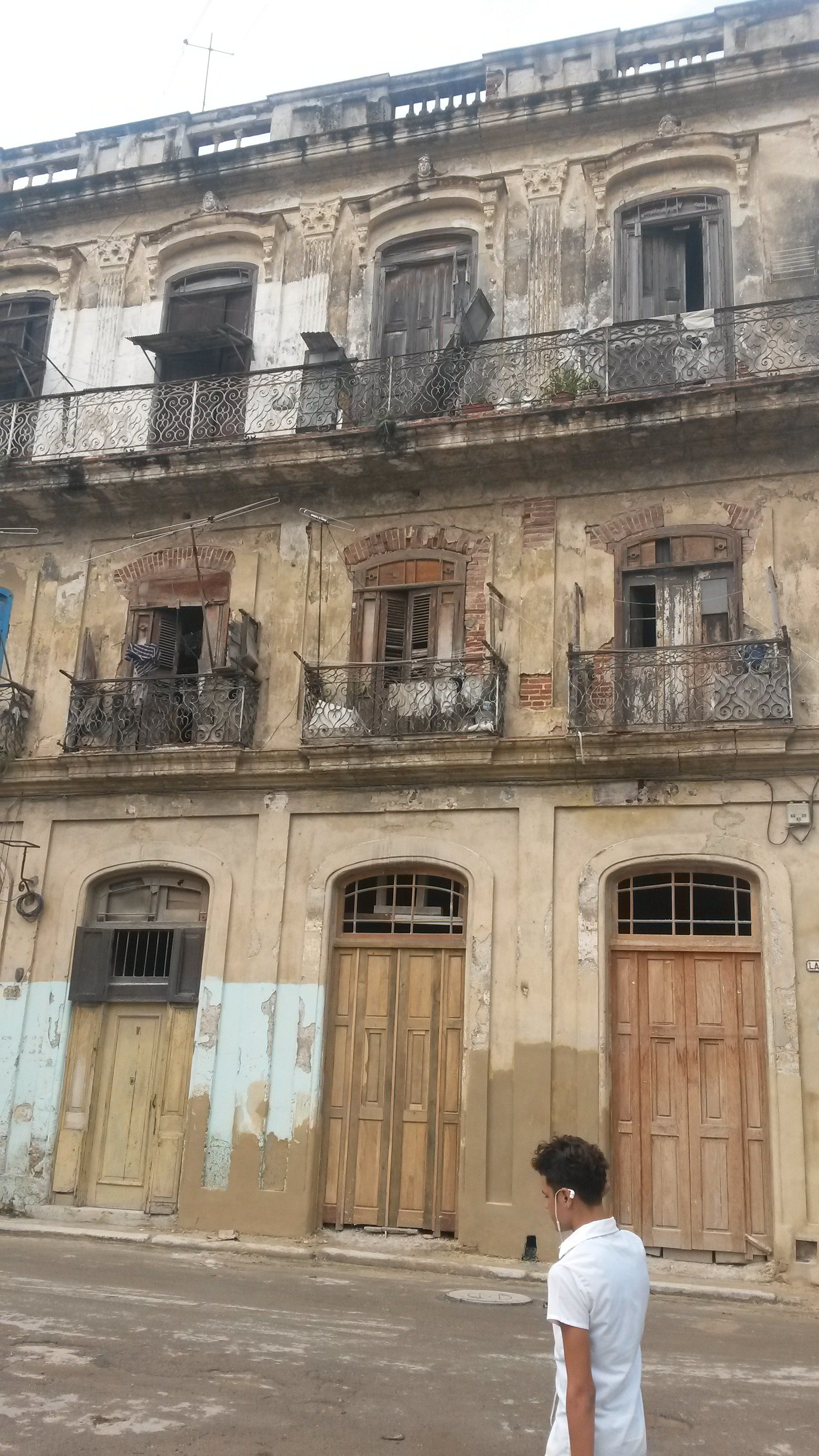 An occupied dilapidated building in downtown Habana (photo: Caroline Rice)